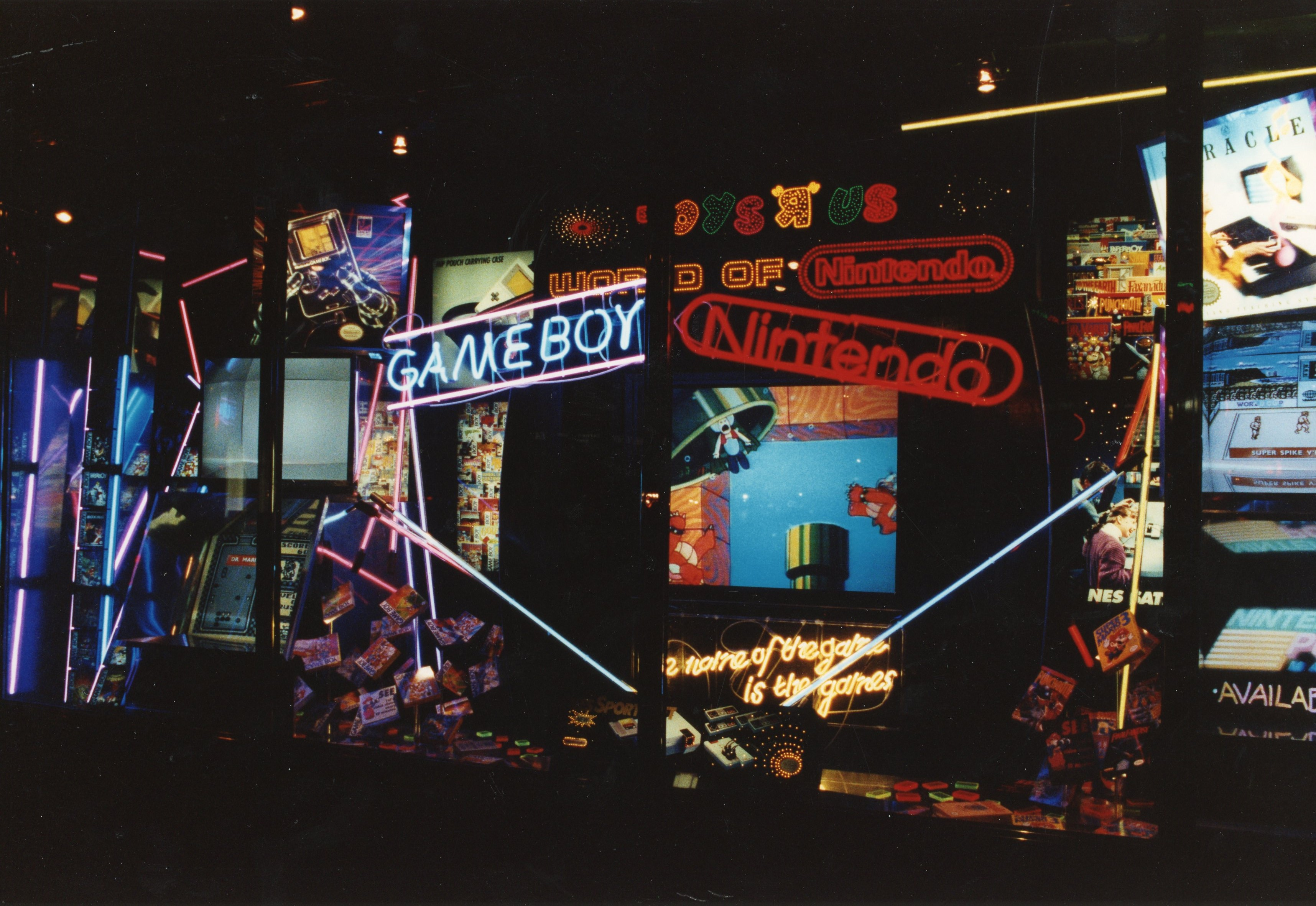 Photo-of-ToyRUs-Nintendo-Window-Display-1990-Courtesy-of-The-Strong-Rochester-NY